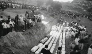 © Sin Embargo Похороны погибших при взрыве хранилища СПГ в пригороде Мехико Сан-Хуанито, 19 ноября 1984 года