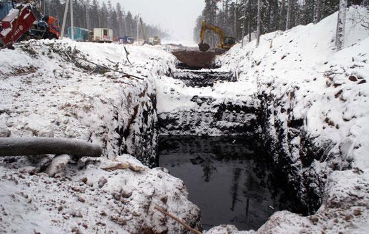 Амбар (котлован для временного слива нефти) на месте аварии 22 января © sakhanews.ru