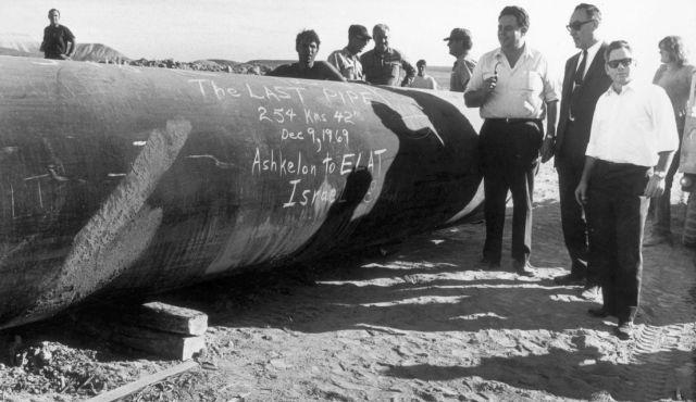 Установка последней секции трубопровода Ашкелон-Эйлат, 1969. © Daniel Rosenblum / Starfot