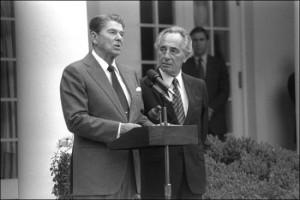 Соавторы Ирангейта Шимон Перес и Рональд Рейган на пресс-конференции в Белом доме. 9 октября 1984. Фото:  Herman Chanania, собственность пресс-службы правительства Израиля.