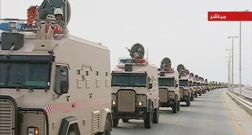 Войска Саудовской Аравии, идущие по мосту Короля Фахдав Бахрейн для подавления восстания шиитов. 14 марта 2011. REUTERS / Бахрейн государственное телевидение через Reuters TV.