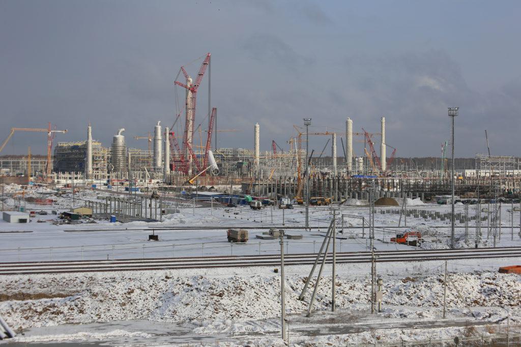 Вид на площадку строительства комплекса «ЗапСибНефтехим» под Тобольском.