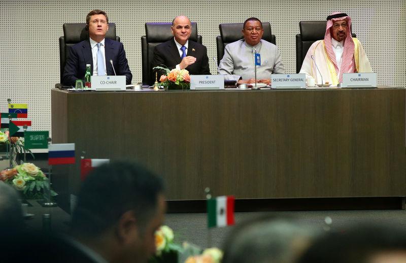 Министр энергетики РФ Александр Новак, министр нефти Венесуэлы Мануэль Кеведо, генсек ОПЕК Мухаммед Баркиндо и министр энергетики Саудовской Аравии Халид аль-Фалих на встрече стран ОПЕК и не входящих в организацию государств в Вене, 2 июля 2019 года.